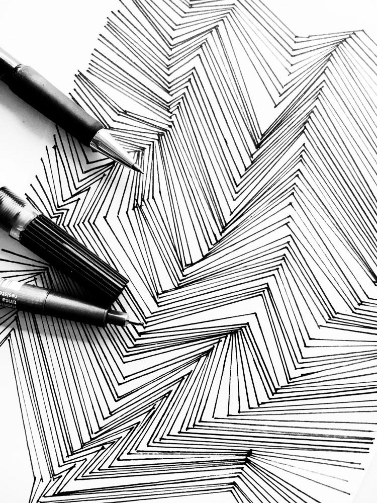 Ich zeige euch, wie ich an neue Ideen für Zeichnungen und Modedesigns komme. Mir helfen Strukturen, die ich dann verändere, am meisten. Erfahrt wie genau!   Hermine on walk   structures   pattern   monochromatic structure